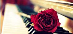 Música de piano y violín en melodías llenas de sentimiento.
